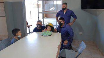 bomberos le salvaron la vida y festejo su cumple en el cuartel
