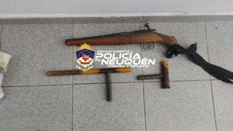 La Policía neuquina también secuestró armas relacionadas a una causa que investiga a una banda vinculada al crimen organizado.