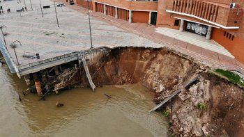 Impactante: se derrumbó parte de un muelle en Rosario