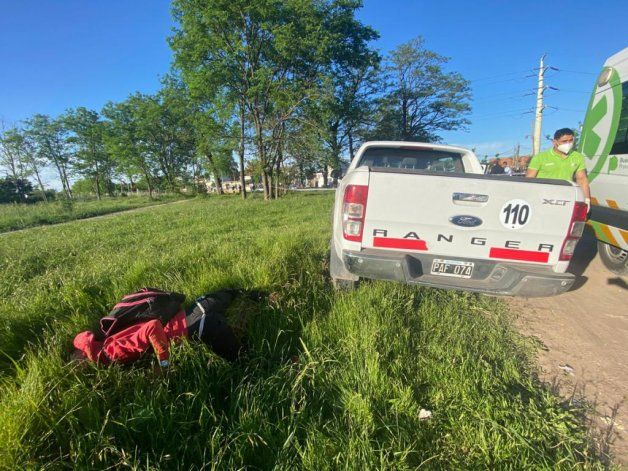El jubilado cruzó balas con los delincuentes y mató a dos de ellos. El cuerpo de uno de los ladrones quedó tendido cerca de la camioneta.