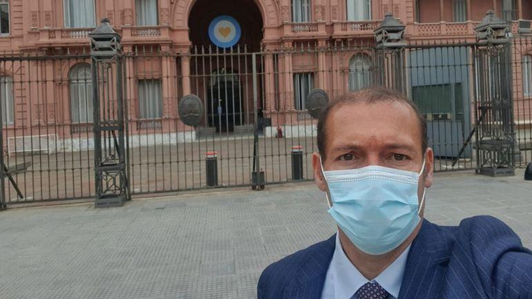 Omar Gutiérrez se sacó una selfie antes de ingresar a la Casa Rosada, en donde se reunió con Juan Manzur.