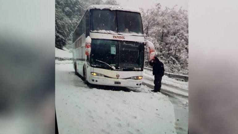 Dos colectivos y una treintena de autos varados por la nieve