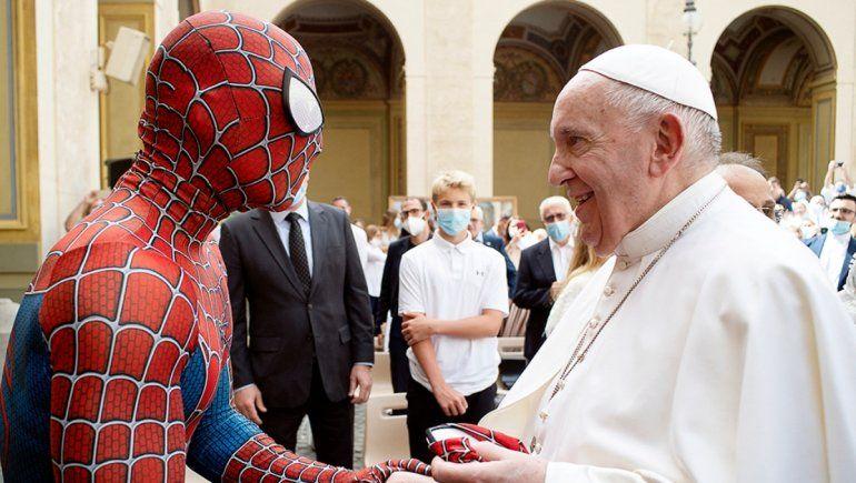 El viral encuentro entre el papa Francisco y Spiderman