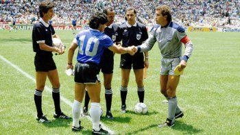 Maradona en el sorteo de capitantes previo al duelo con Inglaterra.