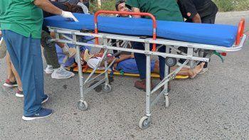 El Profe de Atlético Neuquén en el piso tras la piña.