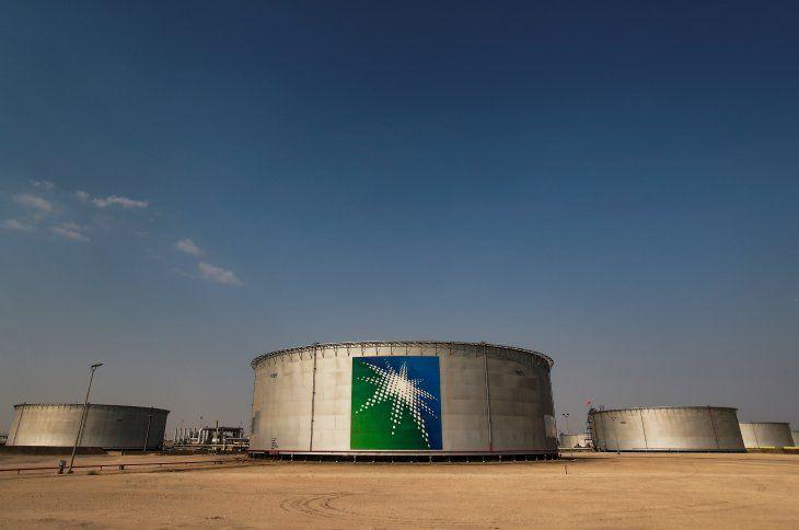Imagen de archivo de una vista de tanques petroleros con el logo de Saudi Aramco en una instalación de crudo en Abqaiq