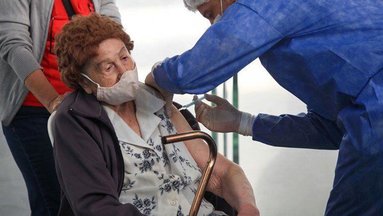 Empezó la vacunación para mayores de 90 y 100 años