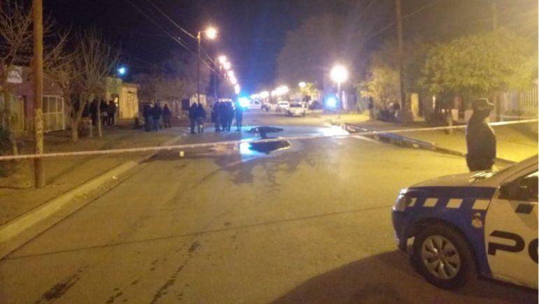 Un hombre fue encontrado muerto a puñaladas en plena calle de Cutral Co.