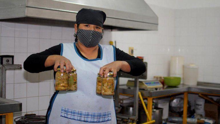 Felipa vende 300 dulces caseros por día para vivir