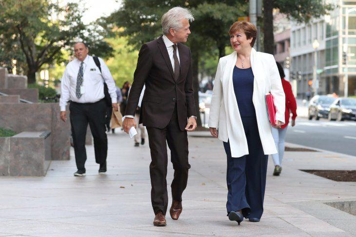 FOTO DE ARCHIVO: El director de comunicaciones del Fondo Monetario Internacional Gerry Rice camina junto a la directora del organismo Kristalina Georgieva en Washington