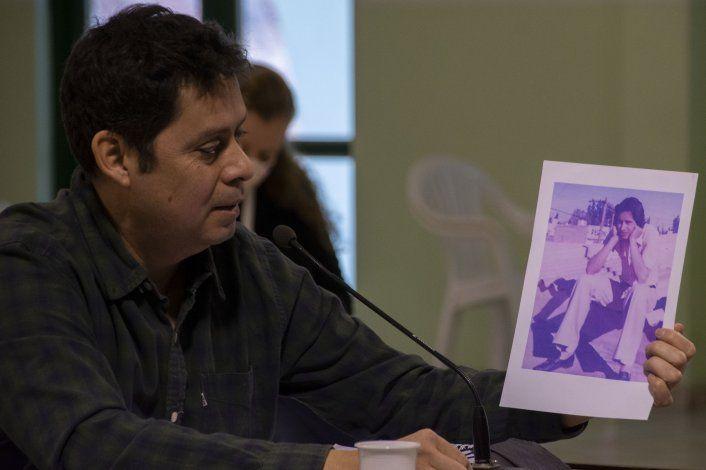 Juan Manuel Pincheira exhibe una foto de su padre, Miguel Ángel. Tenía un año y tres meses cuando su padre fue secuestrado por las fuerzas represivas.