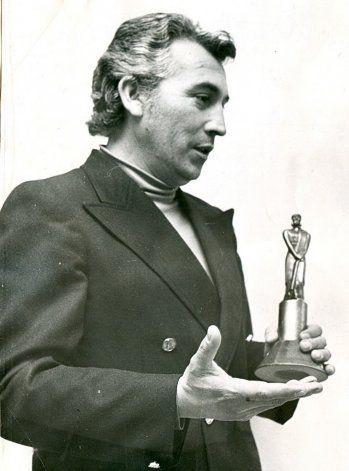 Milton Aguilar con el Martín Fierro.