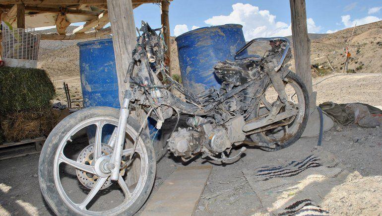 Las motos también fueron arrastradas por el poderoso aluvión en Chos Malal