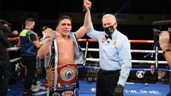 Brian Castaño, feliz con el cinturón de campeón mundial.