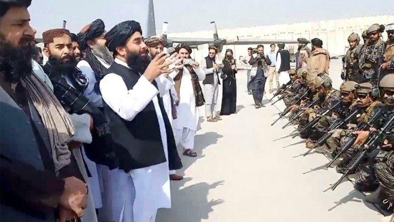 Los talibanes festejaron con disparos tras la salida de las últimas tropas estadounidenses