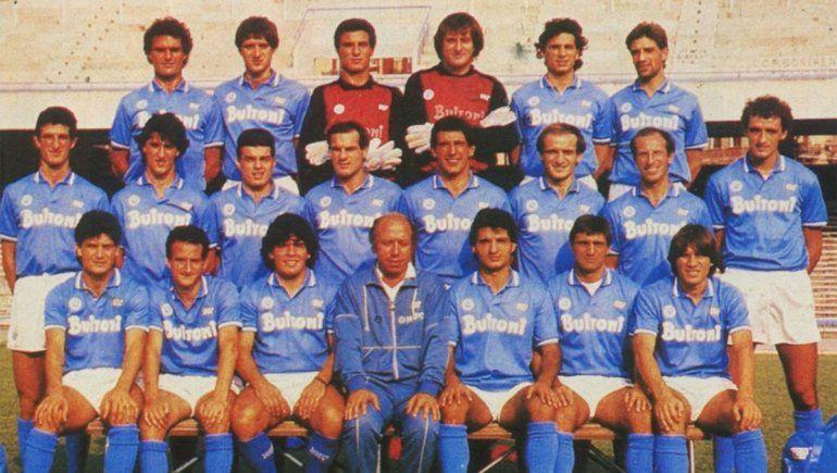 Diego Maradona y el plantel campeón con el Napoli.
