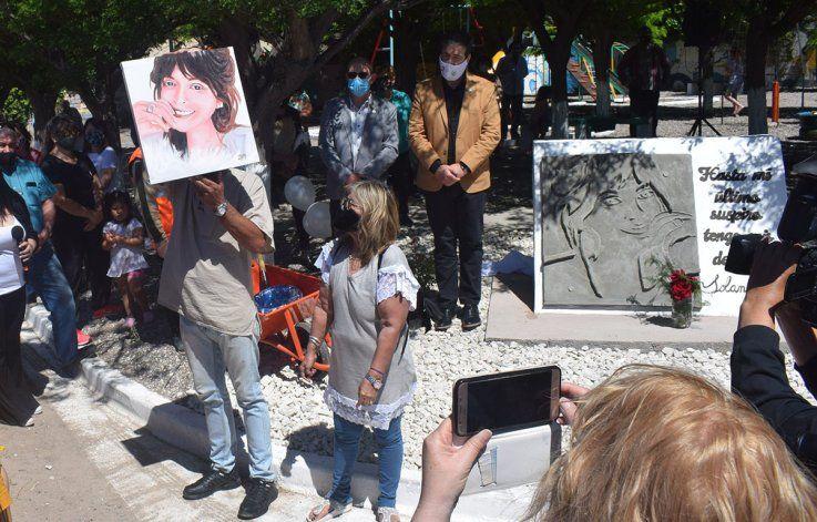 Los padres recibieron un cuadro con el rostro de  Solange pintado por una amiga.
