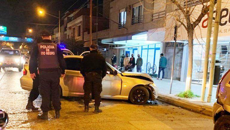 Manejaban un BMW a toda velocidad, escaparon de la Policía y chocaron