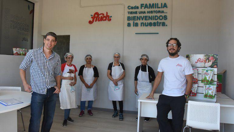 María, Graciela, María y Yamila; Gastón y Manuel: el equipo que fabrica las Fruch.