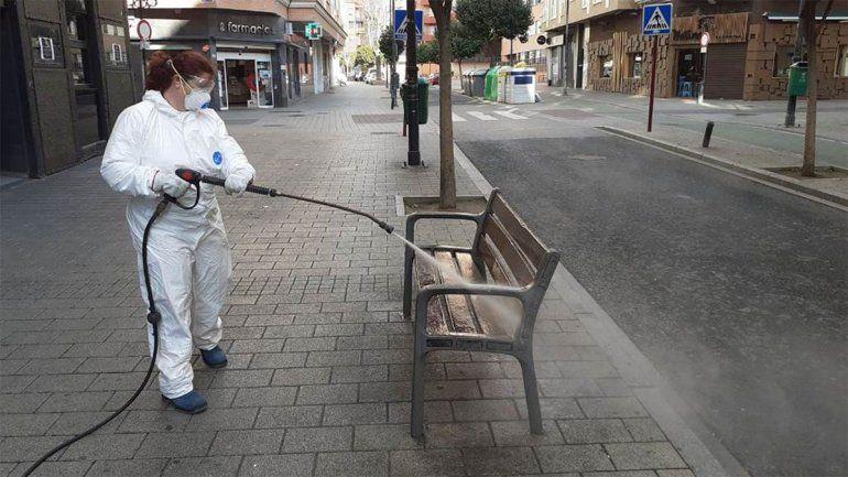 Según la OMS, rociar las calles con desinfectante es peligroso y poco eficaz