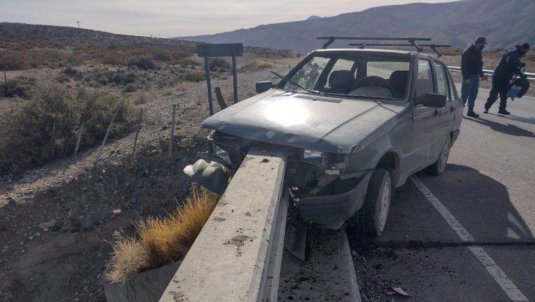 Zafó de milagro: perdió el control de su auto y se incrustó en un puente