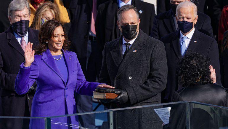 Kamala Harris jura como vicepresidenta de Estados Unidos. Biden observa.