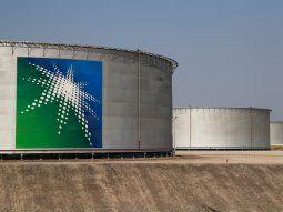 IMAGEN DE ARCHIVO. Vista de tanques de almacenamiento de crudo de la instalación de Saudi Aramco en Abqaiq, Arabia Saudita, un actor clave en el precio del barril en la OPEP +.