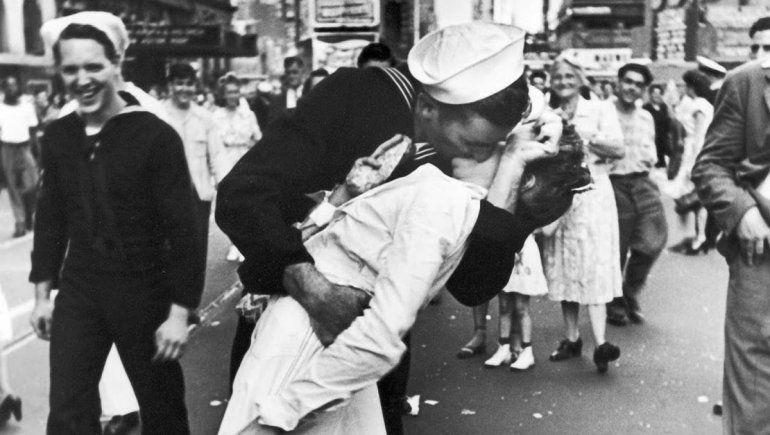 La historia oculta detrás del beso más famoso del mundo