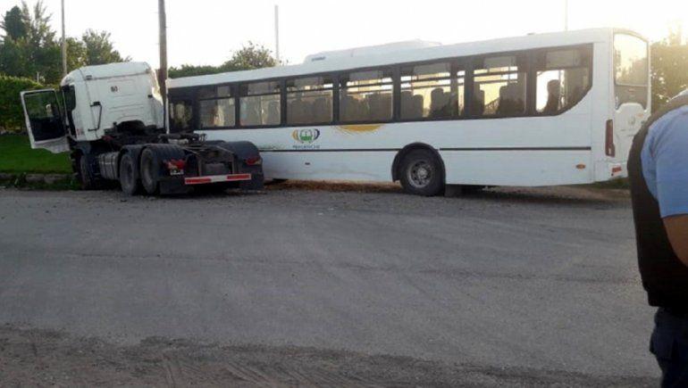 Insólito choque entre un camión y un colectivo: un pasajero fue derivado al hospital