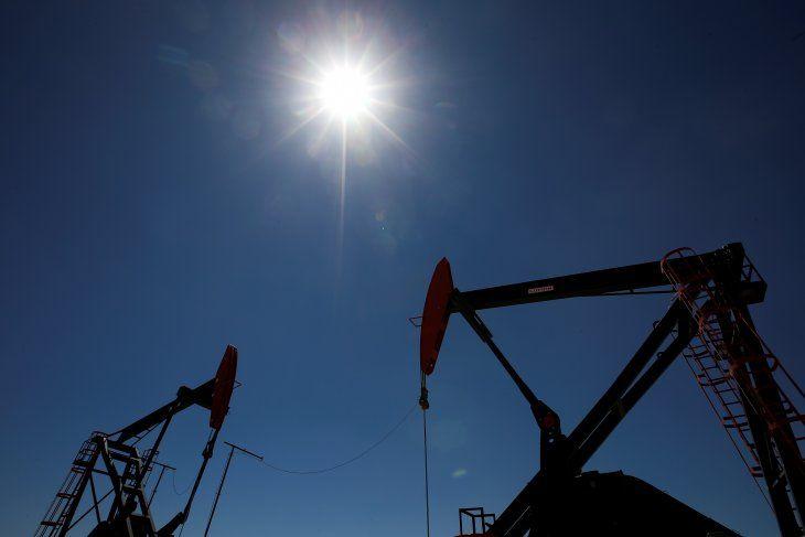 Foto de archivo: imagen de perforadoras de petróleo en la formación de hidrocarburos no convencionales de Vaca Muerta