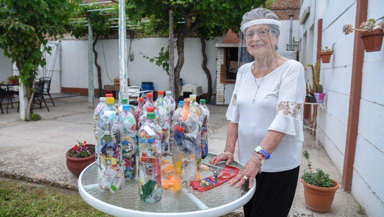 A los 91 años recicla plásticos para cuidar el medio ambiente