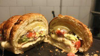 croissant relleno con jamon y queso