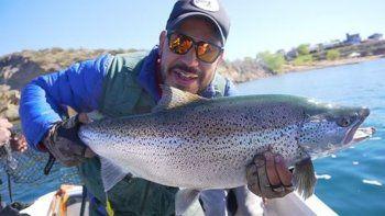 Pescan la trucha más grande en la historia del Mari Menuco