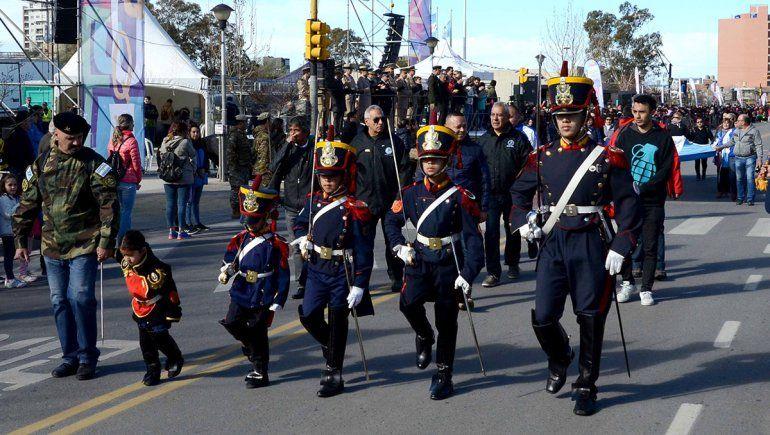 Ni el viento frenó el gran desfile por el aniversario de la ciudad