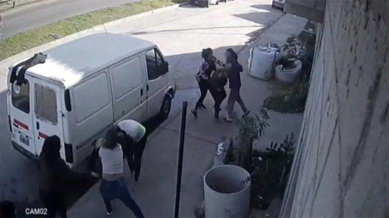 Agredieron salvajemente a sus vecinos para usurpar la casa