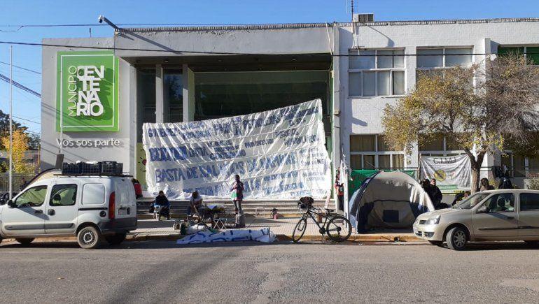Municipales de Centenario acampan por una mejora salarial