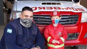 Valentino, un nene que sueña con convertirse en bombero