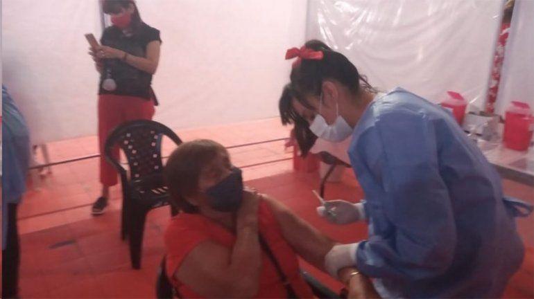 La emoción de Sol, la enfermera que vacunó a su bisabuela