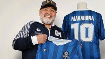 En Mercado Libre venden hasta en 2.500.000 las remeras firmadas por Maradona