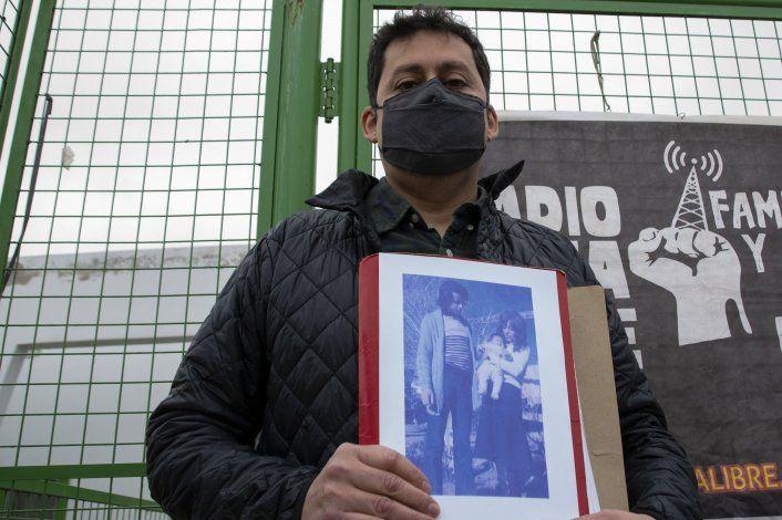 Juan Manuel Pincheira exhibe la única foto en la que aparece junto a su padre, Miguel Ángel, desaparecido en junio de 1976.