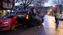 san martin: chocaron dos autos estacionados, volcaron y se fugaron