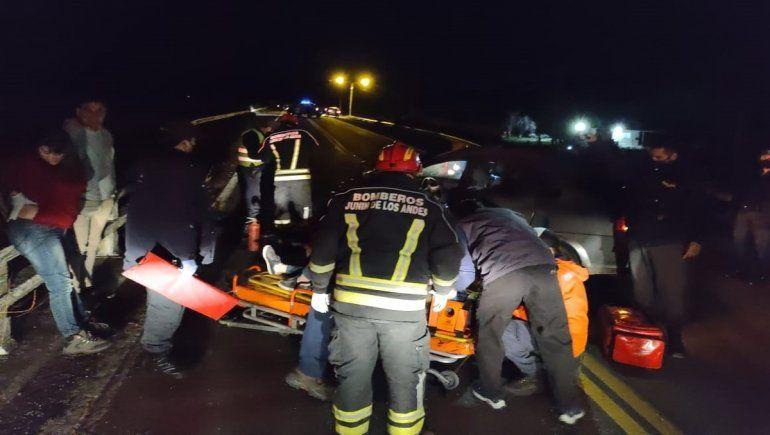 Una mujer se durmió manejando en la Ruta 40 y chocó sobre el puente Curruhue.