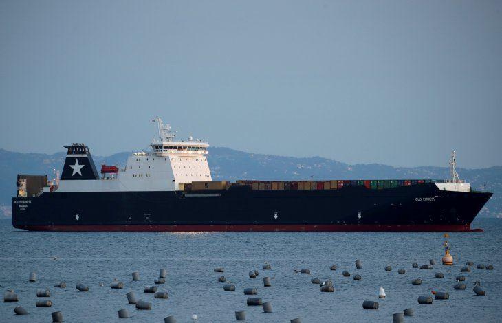 Un barco de carga anclado