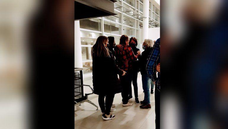 La hija y la hermana de Roque Mora, tía y sobrina, se abrazaron el sábado tras conocer el veredicto del jurado popular.