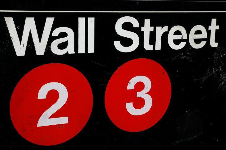 FOTO DE ARCHIVO: Un letrero de la estación de metro de Wall Street