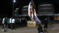antes de enfrentar a chile, el seleccionado inauguro la estatua de maradona