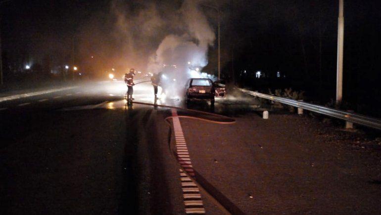 En pleno viaje, se les prendió fuego el auto y quedaron a pie
