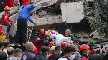 tremendo video: un edificio de derrumba tras el sismo en turquia