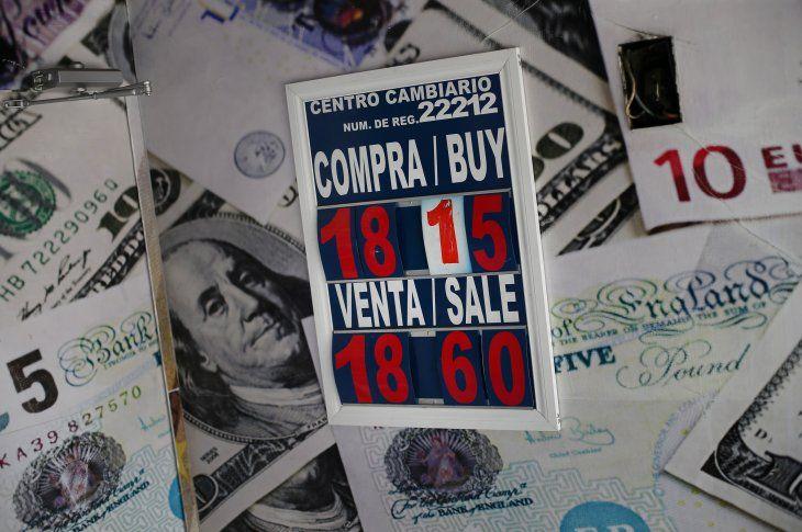 Imagen de archivo de un cartel con la correspondencia del peso mexicano y el dólar en una casa de cambio de Ciudad de México