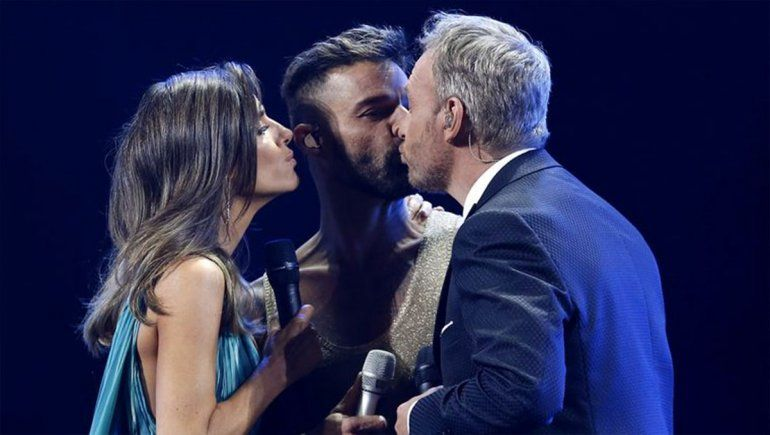 Ricky olvidó la letra y le robó un beso al presentador